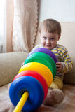 Bambino che gioca nella casa Immagini Stock Libere da Diritti