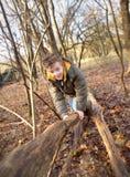 Bambino che gioca nella foresta Fotografie Stock
