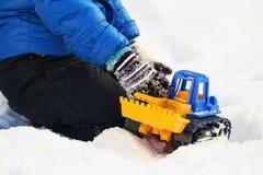 Bambino che gioca nella neve fotografia stock