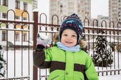 Bambino che gioca nella neve Immagine Stock Libera da Diritti