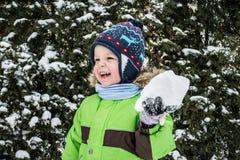 Bambino che gioca nella neve Fotografia Stock Libera da Diritti