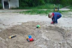 Bambino che gioca nella sabbia Fotografia Stock
