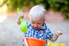Bambino che gioca in sabbia Immagini Stock Libere da Diritti
