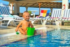Bambino che gioca stagno Fotografie Stock Libere da Diritti