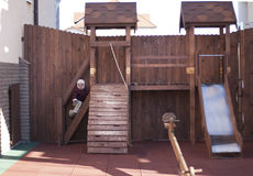 Bambino che gioca sul campo da giuoco Fotografia Stock Libera da Diritti