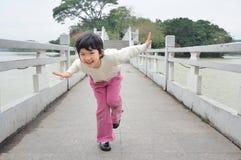Bambino che gioca sul ponticello Fotografia Stock Libera da Diritti