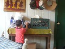 Bambino che gioca sul portico Immagine Stock Libera da Diritti