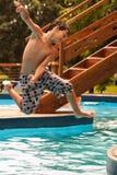 Bambino che gioca sull'acqua Fotografia Stock