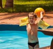Bambino che gioca sull'acqua Immagini Stock