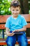Bambino che gioca sulla compressa Fotografia Stock Libera da Diritti