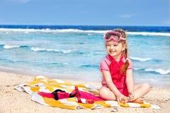 Bambino che gioca sulla spiaggia. Immagine Stock