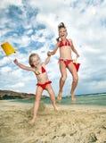 Bambino che gioca sulla spiaggia. Fotografie Stock