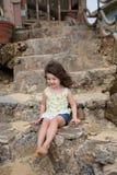 Bambino che gioca sulla spiaggia in Oahu Hawai Immagine Stock