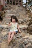 Bambino che gioca sulla spiaggia in Oahu Hawai Fotografie Stock