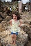 Bambino che gioca sulla spiaggia in Oahu Hawai Fotografia Stock