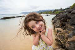 Bambino che gioca sulla spiaggia in Oahu Hawai Fotografia Stock Libera da Diritti