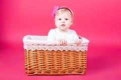 Bambino che gioca in un cestino Fotografia Stock
