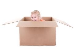 Bambino che gioca in una casella Immagini Stock Libere da Diritti
