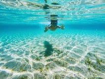 Bambino che gioca underwater Immagine Stock
