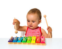 Bambino che gioca xilofono fotografia stock