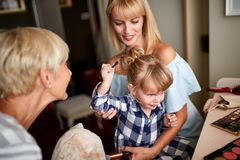 Bambino che gode con la mamma e la nonna fotografia stock libera da diritti