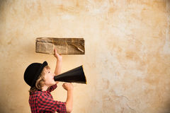 Bambino che grida tramite il megafono immagini stock libere da diritti
