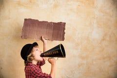 Bambino che grida tramite il megafono fotografia stock