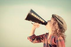 Bambino che grida tramite il megafono d'annata immagine stock libera da diritti
