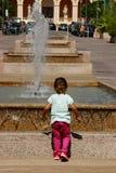 Bambino che guarda e che si diverte Fotografia Stock Libera da Diritti