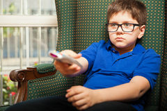 Bambino che guarda TV a casa Immagini Stock Libere da Diritti