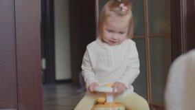 Bambino che guida Toy Car, bambina che gioca e che si diverte nella casa archivi video