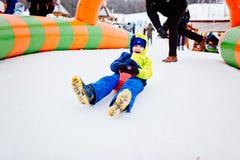 Bambino che ha divertimento su neve Fotografie Stock