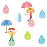 Bambino che ha pioggia e un ombrello Fotografia Stock Libera da Diritti