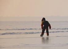 Bambino che impara al pattino di ghiaccio immagini stock libere da diritti