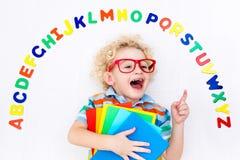 Bambino che impara le lettere dell'alfabeto e di lettura Fotografia Stock Libera da Diritti