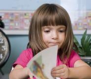 Bambino che impara nell'aula Fotografia Stock Libera da Diritti