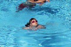 Bambino che impara nuotare, lezione di nuoto Immagini Stock