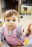 Bambino che indica alla macchina fotografica con gli occhi completamente aperti Fotografie Stock Libere da Diritti
