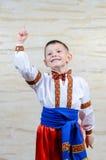 Bambino che indica su mentre portando un costume piega Fotografia Stock Libera da Diritti