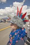Bambino che indossa copricapo insolito per il quarto della parata di luglio, in Lima Montana Fotografie Stock