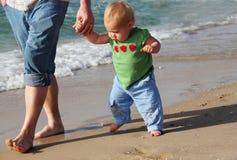 Bambino che intraprende le sue prime azione fotografie stock