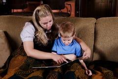 bambino che legge a Fotografia Stock Libera da Diritti