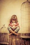 Bambino che legge il libro Immagini Stock Libere da Diritti