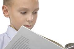 Bambino che legge un libro. immagini stock