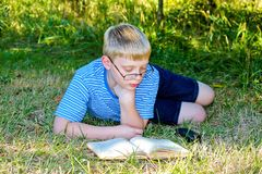 Bambino che legge un libro Fotografie Stock Libere da Diritti