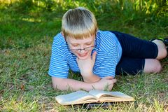Bambino che legge un libro Fotografie Stock