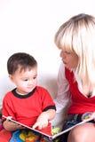 Bambino che legge un libro Fotografia Stock