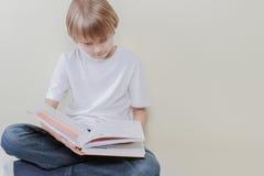 Bambino che legge un libro a casa Istruzione, scuola, concetto di svago Immagine Stock Libera da Diritti