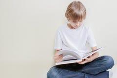 Bambino che legge un libro Istruzione, scuola, concetto di svago Fotografia Stock Libera da Diritti