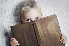 Bambino che legge vecchio libro fotografie stock libere da diritti